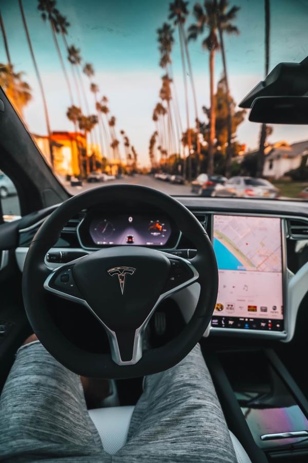 Tesla w trybie autonomicznym z kierowcą
